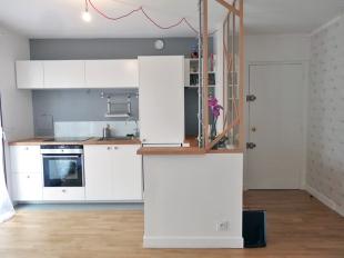 APRÈS : cuisine et entrée décloisonnés depuis le séjour