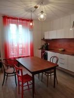 APRÈS : jeu de chaises aux accents vinatge dans la cuisine