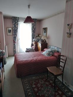 Avant : l'encombrement de l'espace autour du lit