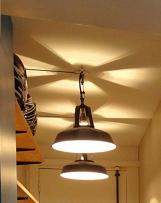 APRÈS - le plafond de l'entrée, éclairé, scénographié