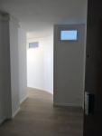 ENTRÉE APRÈS Les fenêtres intérieures laissent passer la lumière de la chambre vers l'entrée