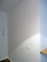 ENTRÉE APRÈS Les nouveaux placards se fondent dans les murs