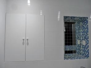 NOUVELLE SALLE DE BAIN : TRAVAUX Effets brillants + nouveaux rangements = espace visuellement plus grand