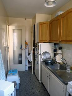 CUISINE AVANT Un mobilier daté, un espace en longueur peu fonctionnel