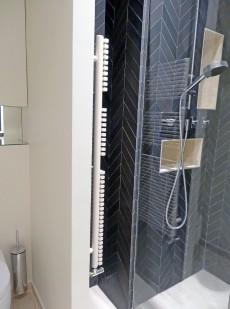 Salle de bain APRES : un wc remplace la douche dans l'alcôve