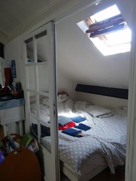 """AVANT : """"micro-chambre"""" parentale en vue directe sur le séjour"""