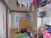 AVANT : chambre d'enfant ouverte sur le dressing parental