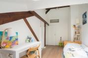 APRES : chambre d'enfant isolée du dressing parental sans perte d'espace