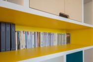 APRES : une bibliothèque colorée pour mettre en valeur livres et objets