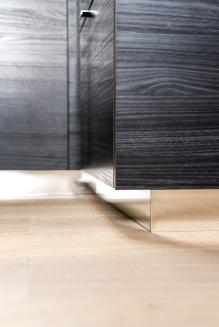 APRES : profondeur des reflets dans les plinthes de la cuisine