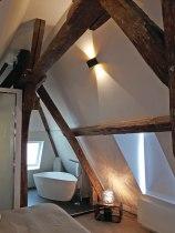 APRES : semi ouverte, la SDB s'intègre pleinement dans espace ; la baignoire devient une sculpture