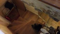 AVANT: un escalier encombré avec vue sur un espace débarras