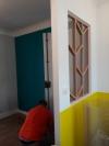 APRES : jeu de transparence et lumière naturelle grâce à la verrière entre la cuisine et l'entrée