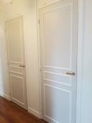 APRES : plus de rythme dans le couloir en jouant des contrastes sur les portes
